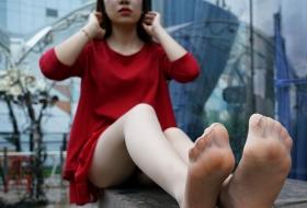 【丝足】迷人的红裙丝腿女郎小白带你领略天台风光 中 90P