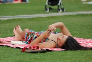 热辣奔放的妖娆女孩,犹如身穿睡裙躺在闺床上供你观赏 第SAN套 24P