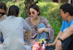 清秀女生戴着时尚的太阳镜,脱了鞋玩牌(19P)