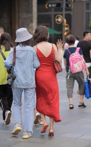 街拍红色吊带裙美姐姐 - 20P