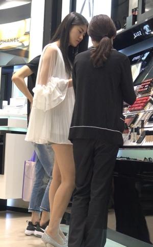 4K - 白色雪纺衫超短热裤街拍长腿美女 [2.08 GBMP4]