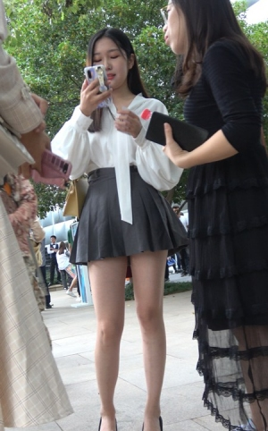 4K - 街拍百褶短裙白衬衫青春美少女