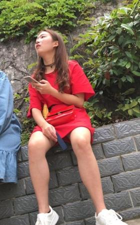 跟姐妹一起等公交的红色连衣裙白鞋甜美气质街拍美女2.22G