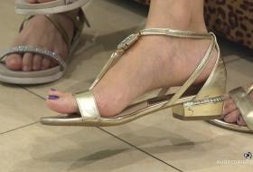 [ZL 4K视频]没有试鞋的闺蜜,一双美足抢走了鞋柜的风头