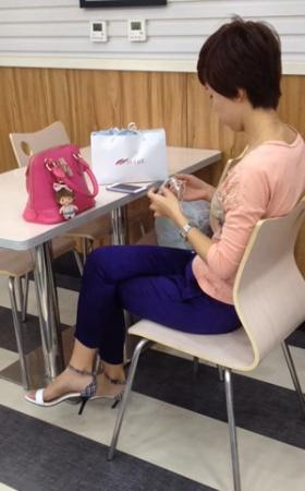 最爱的店有一个气质美女穿高跟鞋