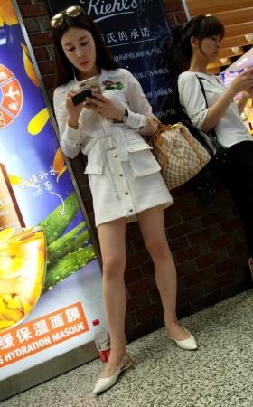 TT00625/4K-视频-站着玩手机的超级好的身材大美妞