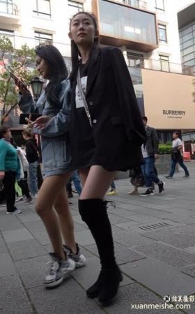 街拍美女姐妹俩逛街视频