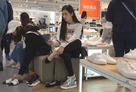 超好看美脚美女试穿系带平底鞋穿袜子