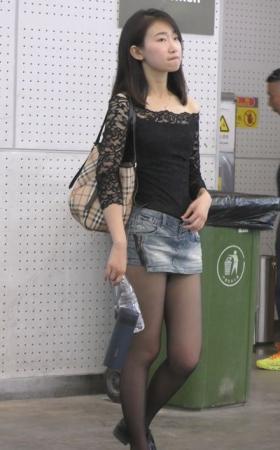 4k-蕾丝衬衫黑丝袜牛仔热裤街拍美腿 1.31G
