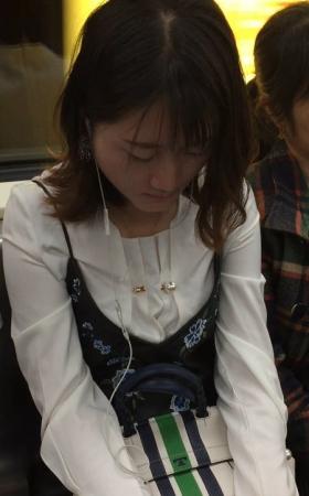 地铁上的黑丝袜美女睡着了