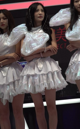 4K 2018CJ展会舞台上的白裙美女showgirl