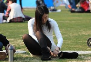 可爱的长腿黑丝女孩忽然坐下脱了短靴(12P