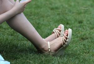 一双秀气的玲珑小脚终于还是脱了鞋(12P)