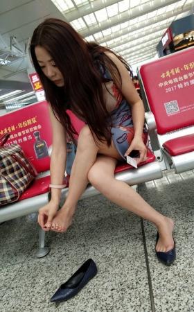 4K-视频-高铁站气质美女年轻妈妈在摸美脚丫-TT00932