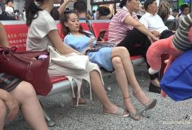[ZL 4K视频]清纯长腿美女挑着鞋,忽然间一抖腿就赤脚上椅了