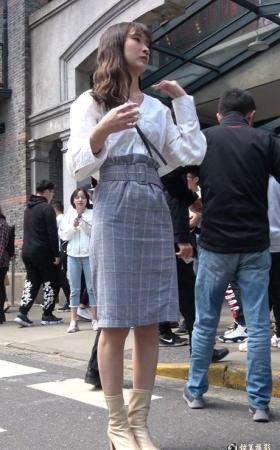 4k时尚的白衬衫街拍美女 [1.48 GBMP4]