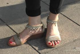 气质妈妈的白嫩脚丫金色系带凉鞋.MP4
