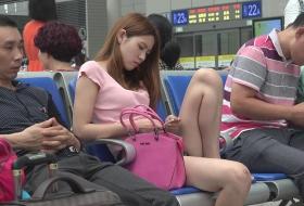 能碰上如此颜值的美女光脚叉腿而坐的概率太低了[0420]