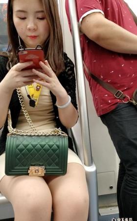 地铁上性感的肉丝美女