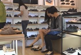 妈妈带着可爱闺女试穿皮鞋白色船袜