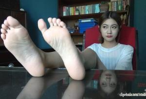 白嫩的脚底 大学生美女真实展示MP4