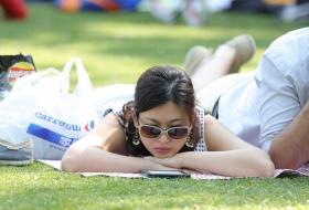 高挑优雅的九头身美女,脱了鞋在草地上玩出的姿势还真不少 第二套 60P
