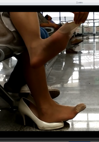 超近距离拍摄候车丝袜MM脚趾上的动作令人兴奋[1123]