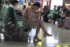 4K街拍候车室里的美女翘起美脚玩鞋子