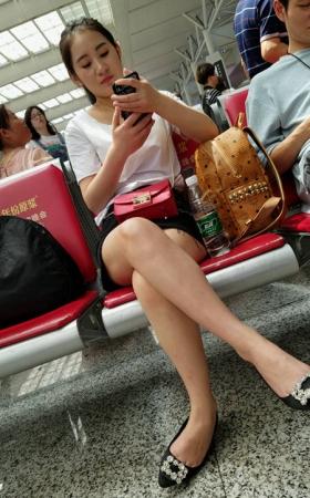 TT00661/4K-视频-高铁站候车室黑色短裤靓妹