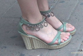 【4K高清】绿色坡跟凉鞋内的美足看的我激动了