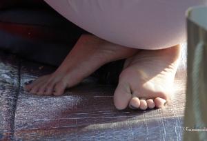 虽然光着脚,但这位清秀美妇的坐姿依然典雅(30P)