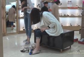 高身长美女在商场试穿高跟鞋凉鞋