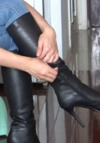 (自由职业妍妍)家中模拍系列之一:闺房脱细高长靴、黑丝脚原味十足!