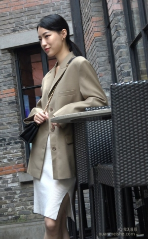 4K - 街拍-小西装白色短裙MM
