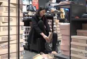 鞋店试鞋子的黑色装扮的气质女神