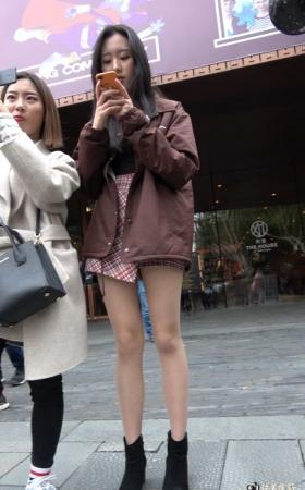 4K街拍性感的丝袜美腿街拍美女 [1.32 GBMP4]