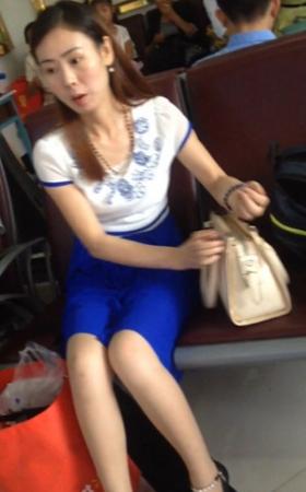 高铁站睡着的气质少妇