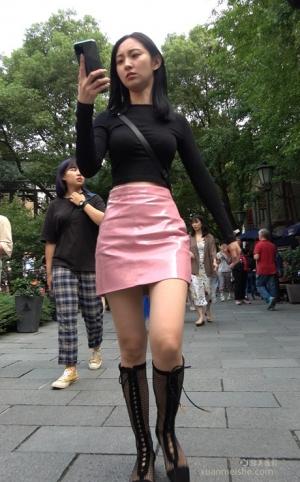 4K - 街拍-粉色短裙超漂亮的小女子