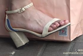 4K真实街拍美坐在街边等着人 挑着鞋