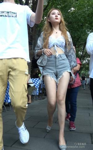 4K - 街拍-牛仔短裤漂亮美女